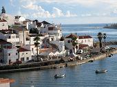 FERRAGUDO, PORTUGAL - 19 de outubro: Flutuador de barcos de pesca ancorado ao longo do Rio Arade, em 19 de outubro de 201