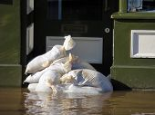 Shop Eingang verbarrikadiert mit sandbags im Tower Street, York, North Yorkshire.