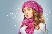 Foto de hermosa mujer con sombrero de invierno