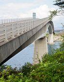 Постер, плакат: Скай мост через озеро Alsh соединяющий материк Хайленд с острова Скай в Шотландии