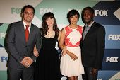 SLOS ANGELES - 1 de AUG: Jake Johnson, Zooey Deschanel, Hannah Simone, LaMorne Morris chega ao F