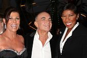 LOS ANGELES - SEP 11:  Linell & Robert Shapiro & Natalie Cole  attends The Brent Shapiro Foundation