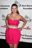 LOS ANGELES - 9 de outubro: Heather Tom chega em benefício para o Desi