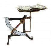 escalas de carta vieja con dinero