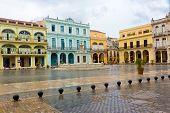 Llueve en La Plaza Vieja, un referente turístico en la Habana Vieja