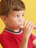 Niño beber un vaso de agua.