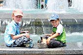 Boys in der Nähe von Wasserwerken