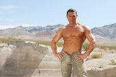 Hombre musculoso atractivo