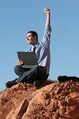 Постер, плакат: Успешный бизнесмен работы на ноутбуке