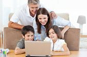 Familie sucht für das Laptop