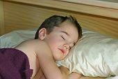 Постер, плакат: Мальчик спать в постели
