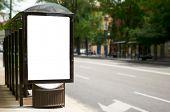 Cartelera blanco vacío en parada de autobús