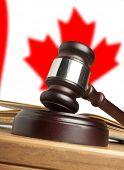 Martelo e a bandeira do Canadá