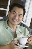 Sorridente homem beber café