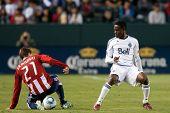 CARSON, CA. - 1 de junio: jugador de Chivas USA M Ben Zemanski #21 (L) & jugador de Vancouver Whitecaps FC M Ger