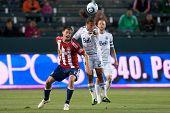 CARSON, CA. - 1 de junio: jugador de Chivas USA F Justin Braun #17 (L) & Vancouver Whitecaps FC jugador Ale M