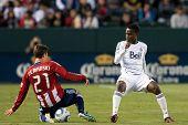 CARSON, CA. - 1 de junio: Chivas USA M Ben Zemanski #21 (L) & Vancouver Whitecaps FC M Gershon Koffie #2