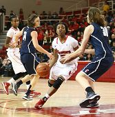 JAMAICA-fev 2: Red Storm s. João guarda dribles Aliyyah Handford (3) em torno de Connecticut Huskies f