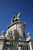 Vista de baixo ângulo de escultura do rei José I em Lisboa, Portugal.