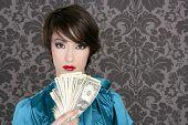 Постер, плакат: Мода доллар женщина с много отмечает в руке