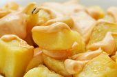 primer plano de un plato típico español patatas bravas, patatas bravas