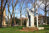 Estátua de paz por Miguel Lerzan.