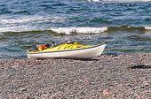 Seekajak an einem entfernten Ozean Strand