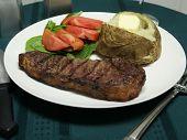Cena de bistec a la plancha con utensilios