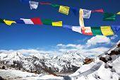 bandeiras de oração no Himalaia