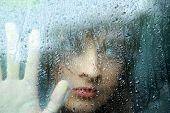 traurig junge Frau und ein Regentropfen