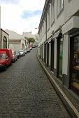 Casas de idade em uma aldeia de Açores