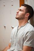 Retrato de un hombre joven, apoyado en un armario