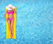 Woman relaxing in einem pool
