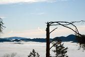 Vista para as colinas com Fustigam sob