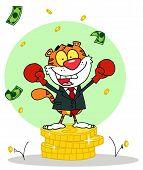 Постер, плакат: Мультфильм характер животных счастливым тигр alated с победы фон