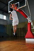 Постер, плакат: один здоровый молодой человек играть игры в баскетбол в спортзал Крытый