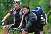 twee vrienden hebben plezier buiten in de natuur en vertegenwoordigen concept van gezond leven en fitness op moun