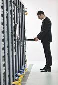 hombre de negocios guapo joven ingeniero en datacenter server room