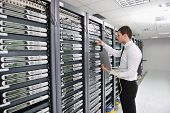 jonge knappe business man Engineer in datacenter serverkamer