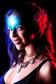 Porträt einer schönen jungen Frau mit Fantasie Make-up. Schwarzer Hintergrund.