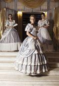 drei junge Frauen in Ballkleider