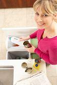 Mulher reciclagem resíduos em casa
