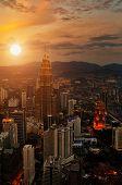 Escena de puesta de sol de Kuala Lumpur con Torres Petronas