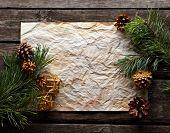 Oude verfrommeld papier met vuren twijgen en pinecones op oud hout. Sweet Xmas vakantie achtergrond.