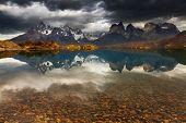 Amanecer en las montañas del Parque Nacional Torres del Paine, Lago Pehoe y Cuernos, Patagonia, Chile