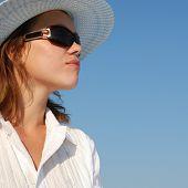 Mulher no perfil de óculos
