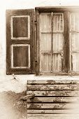 Janela de madeira antiga em sépia