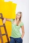 Frau, die ihr Haus renovieren