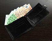 Euro em carteira no fundo madeira
