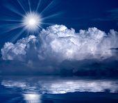 Soleado cielo sobre el mar.